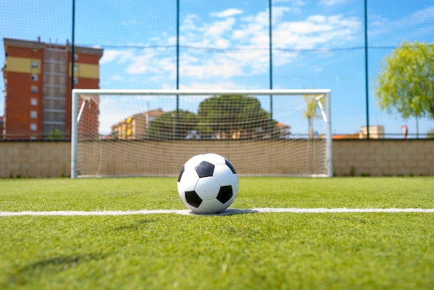 Ballon de football vintage sur terrain herbeux contre net
