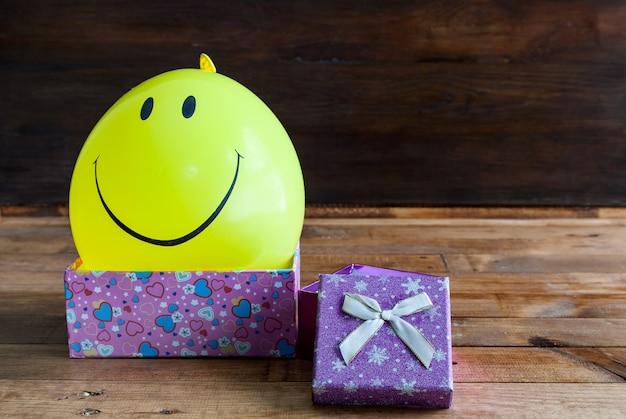 Ballon jaune avec sourire et coffret cadeau