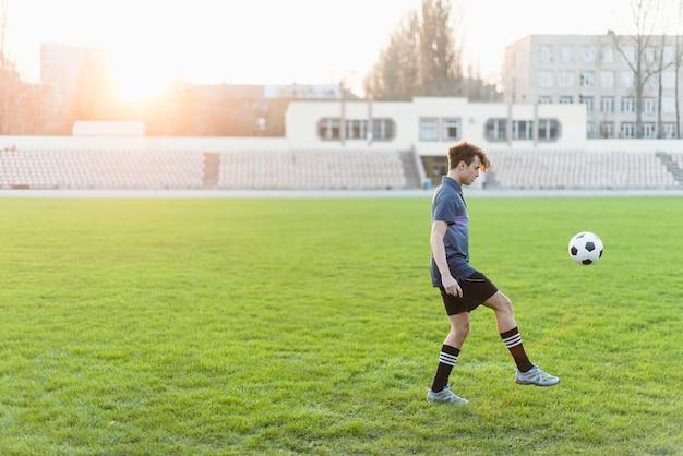 Ballon de jonglage jeune joueur de football