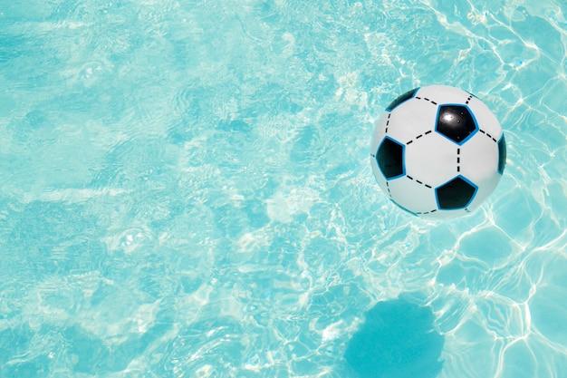 Ballon de plage dans l'espace copie de la piscine