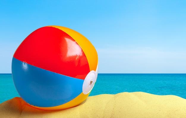 Ballon de plage sur un sable blanc