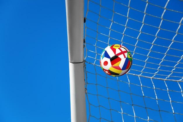 Ballon de soccer dans le filet d'un but. notion de football