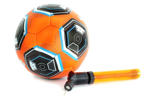 Ballon de soccer et pompe isolés sur blanc.