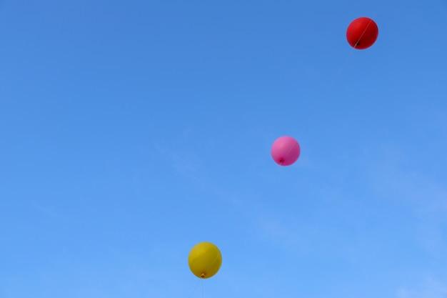 Ballon volant coloré avec un ciel bleu. concept de liberté.