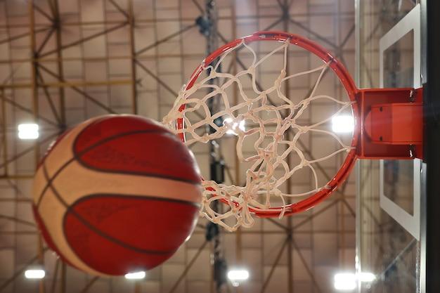 Le ballon vole dans le panier de basket. mise au point sélective au centre de la photo