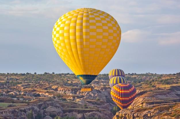 Ballon vole dans une zone montagneuse en cappadoce