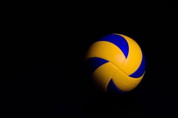 Ballon de volley-ball sur fond noir