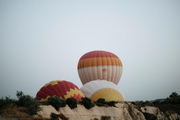 Ballons à air chaud atterrissant dans une montagne, parc national de la cappadoce göreme, turquie.