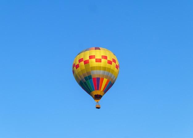 Ballons à air chaud volant dans le ciel bleu