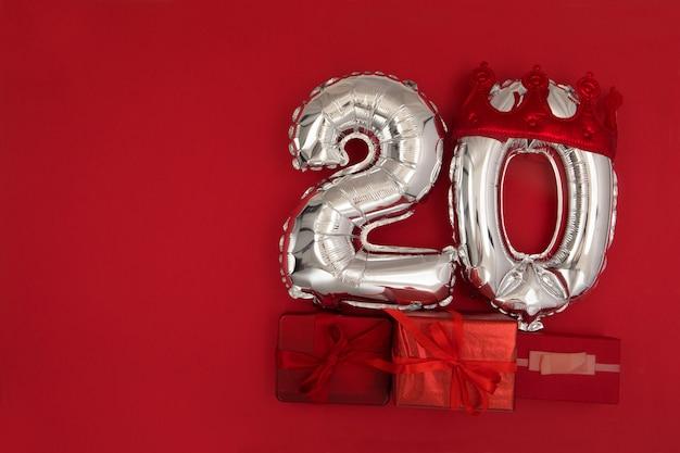 Ballons en aluminium avec le numéro 20 sur fond rouge
