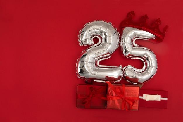 Ballons en aluminium avec le numéro 25 sur fond rouge