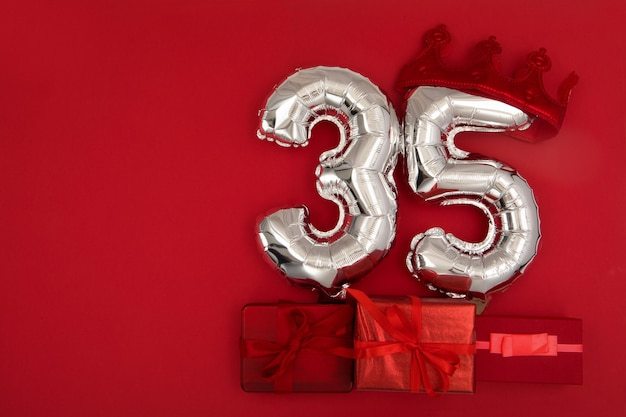 Ballons en aluminium avec numéro sur fond rouge