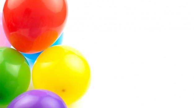 Ballons d'anniversaire colorés isoler sur fond blanc avec un espace pour votre texte