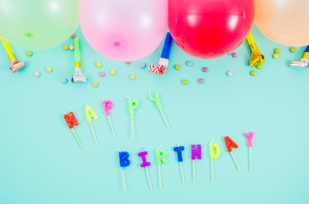 Ballons d'anniversaire colorés avec ventilateur de fête