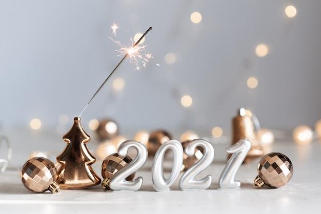 Ballons en argent du nouvel an 2021 avec feux d'artifice