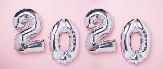 Ballons d'argent en forme de nombres 2020 sur rose