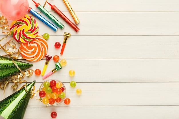 Ballons colorés sur bois rustique blanc, fond d'anniversaire, haut