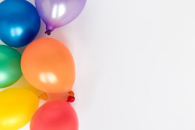 Ballons colorés avec copie-espace