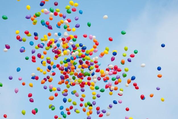 Ballons colorés dans le ciel