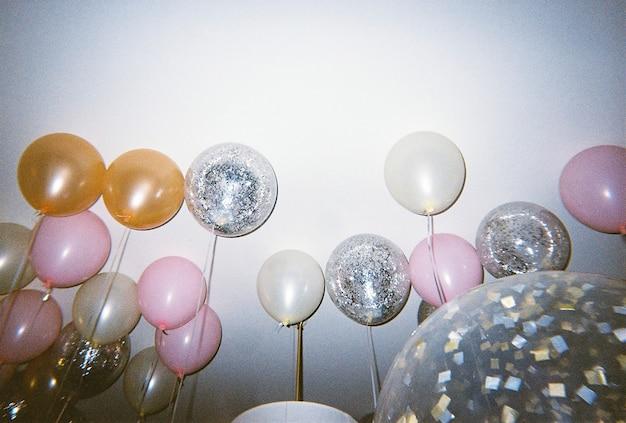 Ballons colorés dans une fête