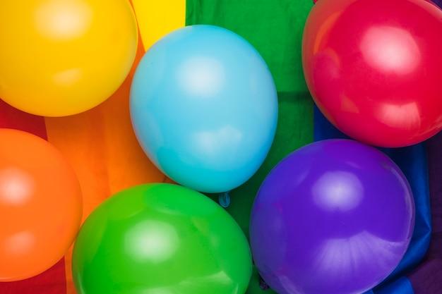 Ballons colorés sur le drapeau arc-en-ciel