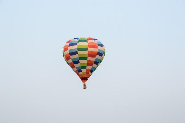 Ballons colorés flottant dans le ciel