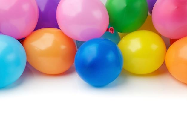 Ballons colorés sur fond blanc