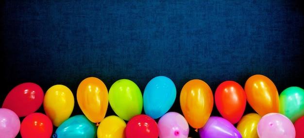 Ballons colorés sur fond bleu, concept créatif idée minimale, maquette panoramique