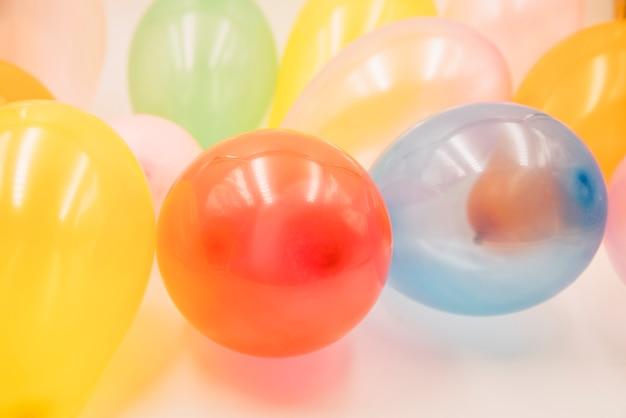 Ballons colorés en pile