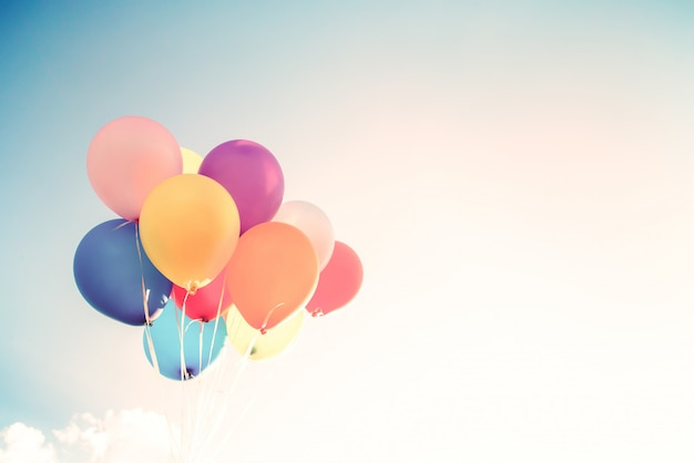 Ballons colorés réalisés avec un effet de filtre rétro instagram. concept de joyeux anniversaire en été et mariage, utilisation de parti lune de miel pour le fond. style de ton de couleur vintage