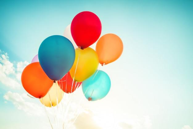 Ballons colorés réalisés avec un effet de filtre rétro instagram.