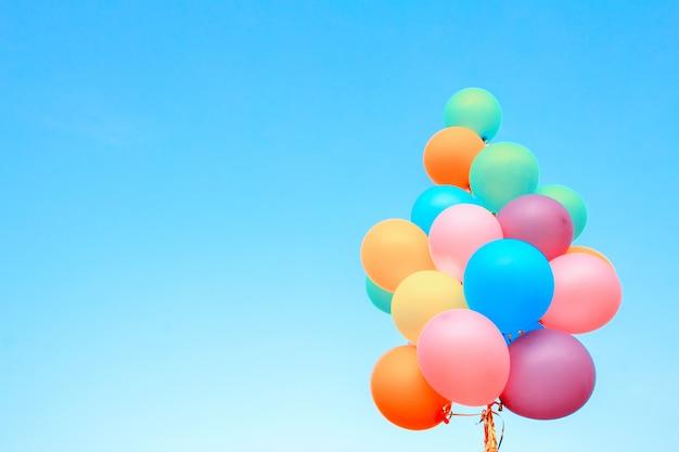 Ballons colorés réalisés avec un rétro sur le fond bluesky