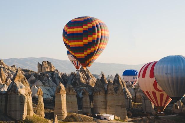 Ballons colorés survolant les montagnes et avec un ciel bleu
