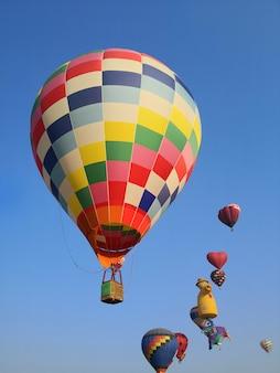 Ballons colorés volant dans le ciel bleu