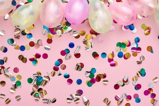 Ballons et confettis colorés de temps de fête pour l'anniversaire