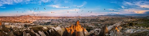 Ballons dans le ciel au-dessus de la vallée de l'amour en cappadoce