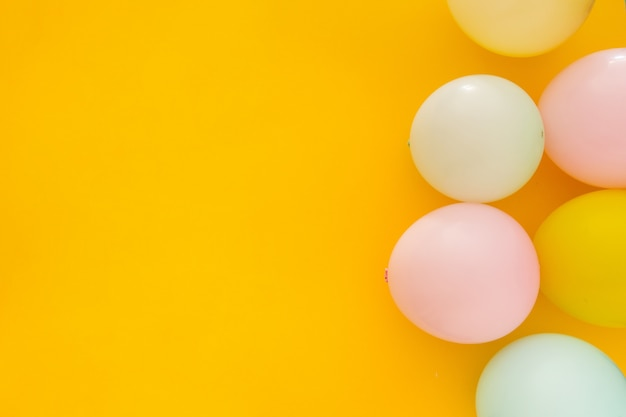 Ballons sur fond jaune