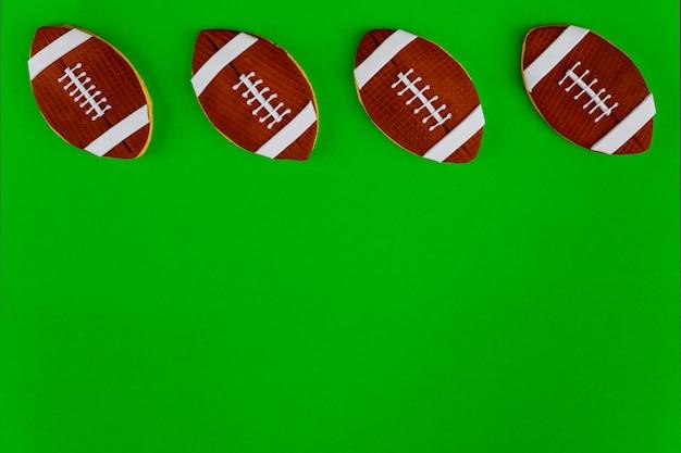 Ballons de football américain isolés sur fond vert. vue de dessus.