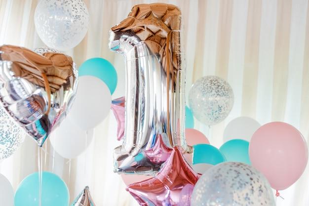 Ballons gonflables roses, argentés et bleus sur des rubans