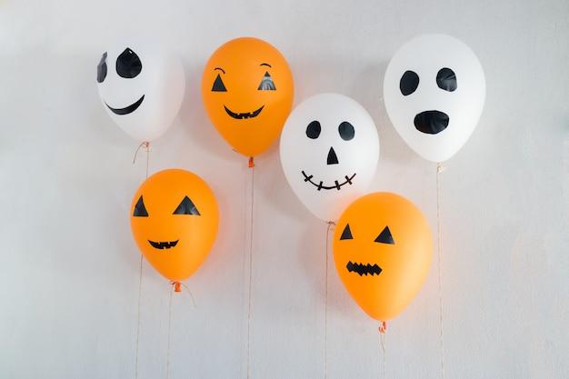 Ballons d'halloween décorés sur blanc