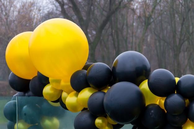 Ballons jaunes et noirs