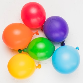 Ballons lumineux comme symbole de la communauté lgbt