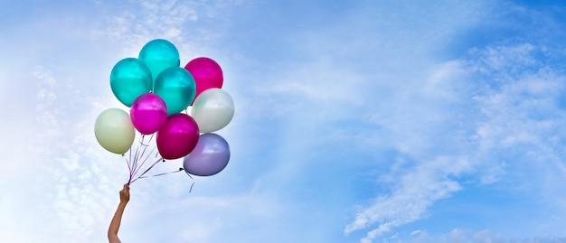 Ballons multicolores, fond de ciel, concept de joyeux anniversaire en été et fête de lune de miel de mariage