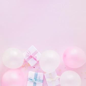 Ballons près de boîtes à cadeaux
