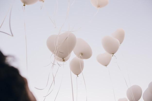 Ballons roses et blancs pour des événements amusants et des célébrations