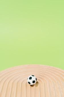 Ballons de soccer sur un bois sur fond vert. concept de football et de sport.