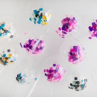 Ballons transparents avec vue de dessous avec des confettis à l'intérieur