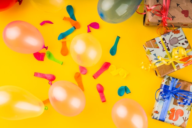 Ballons vue de dessus avec des cadeaux