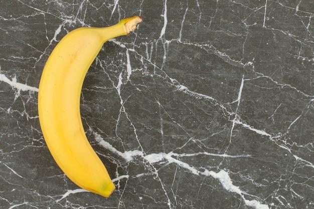 Banane biologique fraîche sur pierre noire