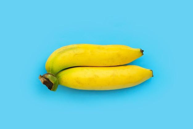 Banane sur fond bleu.